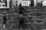 Стената и след нея