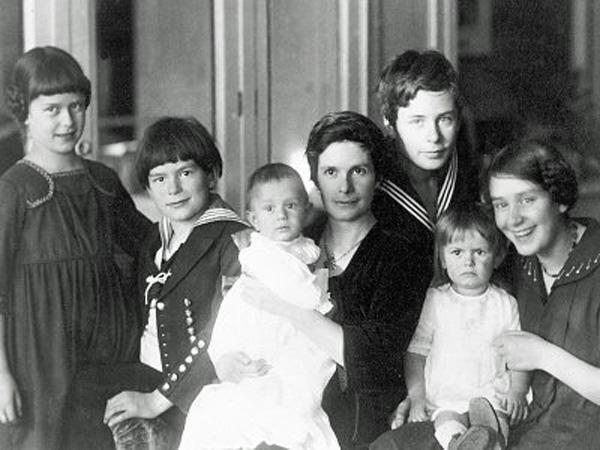 Katja_Mann_mit_ihren_sechs_Kindern_um_1919
