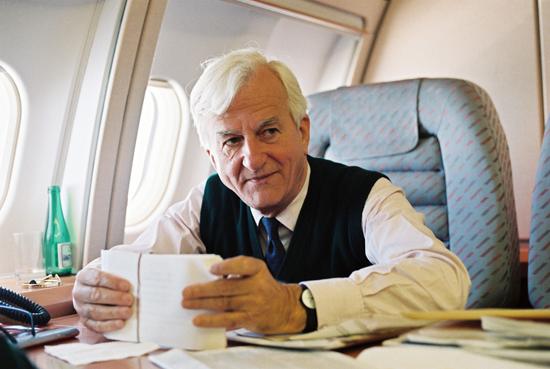 Bundesprasident von Weizsacker im Flugzeug 1993