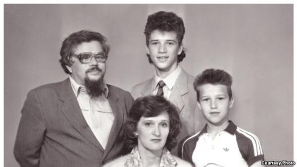 Валерий Родос със семейството си преди да напусне Томск.