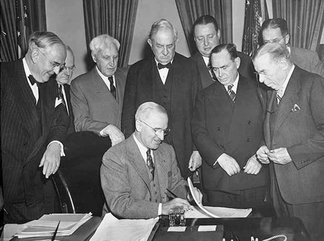 """Президентът на САЩ Хари Труман подписва Програмата за възстановяване на Европа или т. нар. План """"Маршал"""", 3 април 1948 г."""